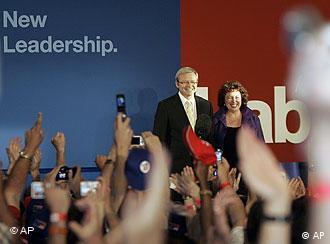 Kevin Rudd lässt sich mit seiner Fraue Therese von seinen Parteigenossen feiern (AP Photo/Rob Griffith)