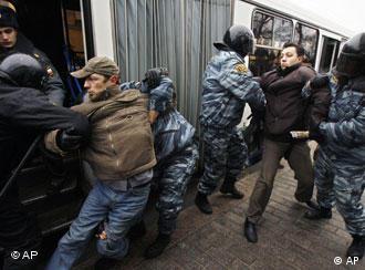 Милиция задерживает оппозиционеров