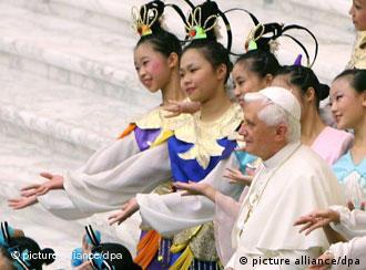 Papst Benedikt XVI. mit chinesischen Tänzerinnen, 9.08.2006, dpa