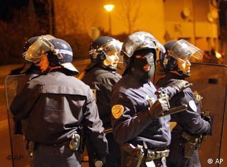 Полицейские в одном из пригородов Парижа