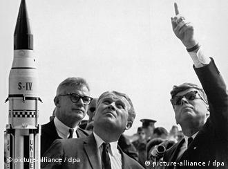 Wernher von Braun (c), ao lado de John F. Kennedy (d)