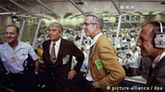 Wernher von Braun im Kontrollraum der NASA