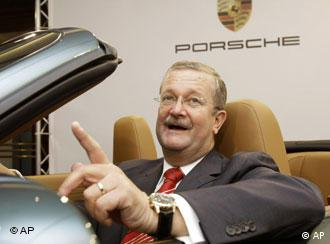Wiedeking in einem offenen Porsche. (AP Photo/Thomas Kienzle)