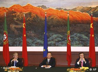 2007年11月,巴罗佐(右)与温家宝(中)在北京的记者招待会上