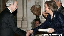 Spain's Queen Sofia (R) shakes hands with Argentinian poet Juan Gelman, during the ceremony of handover of Queen Sophia Poetry Prize at Royal Palace in Madrid, Spain, Friday 28 October 2005. EPA/BERNARDO RODRIGUEZ +++(c) dpa - Report+++