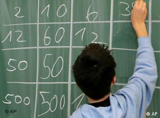 Ein Schüler schreibt während einer Mathematikstunde Ergebnisse an die Tafel. Quelle: AP Photo/Joerg Sarbach