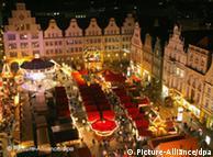 Weihnachtsmarkt von oben, umringt von hohen, alten Häusern. (Foto: Bernd Wüstneck dpa/lmv)