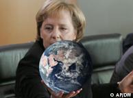 Меркель с глобусом в руках (фотомонтаж)