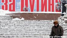 A woman goes down stairs covered with snow passing by the pre-election poster which reads 'For Putin' (part of full slogan 'Moscow votes for Putin') in the centre of Moscow, 01 December 2007. The elections for the Russian State Duma, the lower house of the parliament, are scheduled for Sunday, 02 December 2007. EPA/SERGEI ILNITSKY +++(c) dpa - Report+++