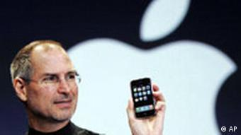 Apple'in CEO'su Steve Jobs iPhone'la gurur duyuyor