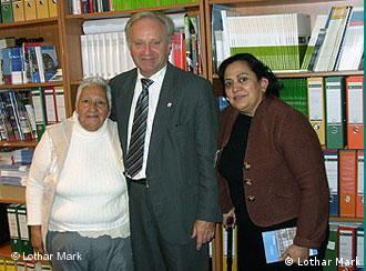El entonces diputado socialdemócrata Lothar Mark recibió a Marisela Ortiz (derecha) y Manuela Simental.