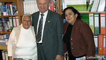 Lothar Mark mit zwei Vertreterinnen der Organisation Nuestras Hijas de Regreso a Casa
