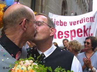 Перший одностатевий шлюб офіційно зареєстрований у Ганновері 2001 р.