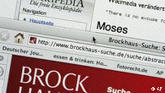 Ein Mann sucht in den Online-Lexika Wikipedia und Brockhaus nach Moses (Foto: AP)