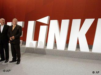 Ο Όσκαρ Λαφοντέν και ο Λόταρ Μπίσκι μπροστά από το κόμμα «Η Αριστερά»