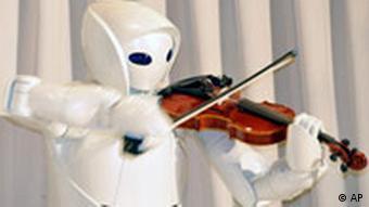 Ein Toyota-Roboter beim fehlerfreien, wenngleich etwas mechanischen Geigenspiel, Quelle: AP