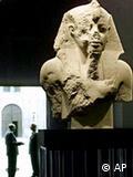 احد التماثيل الضخمة للملك توت عنخ امون والتي تم عرضها في معرض ميونخ للاثار المصرية