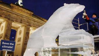 Προειδοποίηση στην Πύλη του Βραδεμβούργου για τις επιπτώσεις από την κλιματική αλλαγή υπό τη μορφή αρκούδας από πάγο