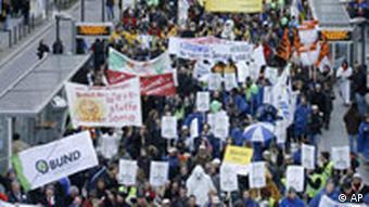 Demonstranten mit Plakaten (Foto: AP)