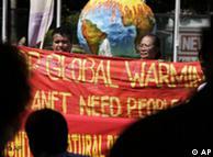 Activistas medioambientales en plena acción en Bali