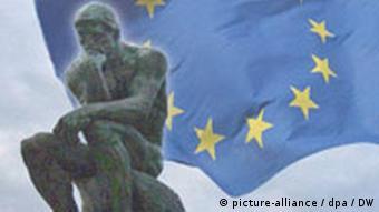 Symbolbild Denker von Rodin vor Europaflagge