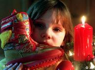 Kind mit Tannenzweig und Stiefel (Quelle: DW)