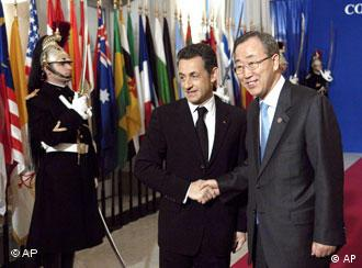 Gastgeber Sarkozy begrüßt UNO-Generalsekretär Ban Ki Moon in Paris (AP Photo/Stephane de Sakutin, Pool)