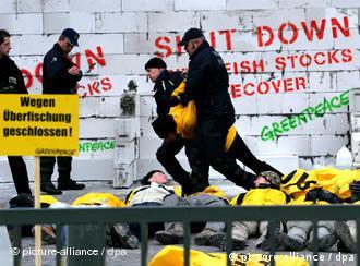 La policía belga inicia la remoción de los activistas de Greenpeace.