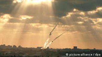Zwei Raketen am Himmel über Gaza-Streifen (dpa)