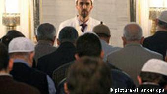 Imam in Moschee. Quelle: dpa