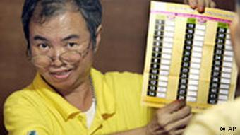 Wahlen in Thailand Wahlhelfer mit Stimmzettel