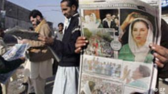Pakistan Benazir Bhutto ermordet Reaktionen Zeitungsleser in Rawalpindi