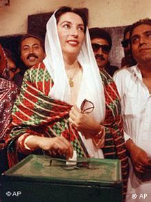 Benazir Bhutto vote à Lakana, pour la première fois de sa vie, en 1988.