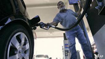 Mann betant ein Auto (Quelle: DPA)