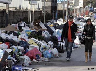 Incómodo paseo por una calle de Nápoles.