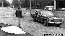 ***zu Martin Roeber, SWR*** Die Leichen von Generalbundesanwalt Siegfried Buback (vorn l) und seinem Fahrer liegen nach den Todesschüssen am Tatort in Karlsruhe, rechts der Dienstwagen Bubacks (Archivfoto vom 07.04.1977). Über 30 Jahre nach dem Mord an Generalbundesanwalt Buback will die Bundesanwaltschaft mehrere ehemalige RAF-Mitglieder durch Beugehaft zur vollständigen Aufklärung zwingen. Entsprechenden Anträgen habe der Ermittlungsrichter des Bundesgerichtshofes jetzt zugestimmt, wie die Bundesanwaltschaft am Donnerstag (03.01.2008) mitteilte. Sie richten sich gegen die im Frühjahr 2007 aus der Haft entlassene einstige RAF- Rädelsführerin Mohnhaupt, den noch inhaftierten Klar sowie den ebenfalls entlassenen Folkerts. Foto: Heinz Wieseler dpa/lsw (zu dpa 4378) +++(c) dpa - Bildfunk+++***Zu Schmidt, 10 Jahre Selbstauflösung der RAF - Aufarbeitung der Terror-Zeit noch nicht abgeschlossen***