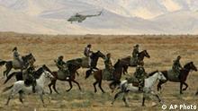 Zentralasien Kirgisien Fergana Valley Soldaten beim Anti-Terror Training