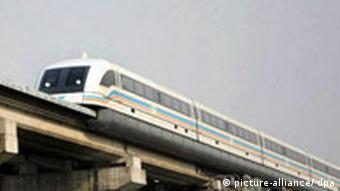 A maglev (magnetically levitating) train approaches its terminus in Shanghai, China on 07 January 2008. According to a report by state media, the cost of a planned 170 KM maglev line connecting the cities of Shanghai and Hangzhou is likely to more than double the original estimate of 20 Million Euro per KM to 50 Million Euro per KM as measures to reduce impact on nearby residential areas have taken. EPA/QILAI SHEN +++(c) dpa - Report+++