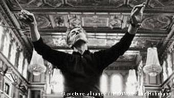 Herbert von Karajan bei einer Probe