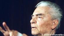 Der langjährige Chefdirigent der Berliner Philharmoniker, Herbert von Karajan (Archivbild vom 27.06.1998), wäre am Sonntag (05.04.1998) 90 Jahre alt geworden. Der Dirigent, der weltweit zum Synonym für Klassik geworden ist, wird mit Straßenumbenennungen, Konzerten und Ausstellungen an seinen Wirkungsstätten in Berlin, Salzburg und Wien geehrt. dpa COLORplus
