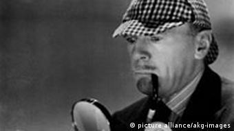 Der Schauspieler Roland Young als Sherlock Holmes