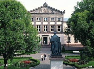 دانشگاه گوتینگن در سال ۱۷۳۷ میلادی فعالیت خود را شروع کرد