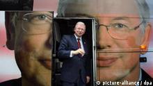 Mit seinem eigenen Porträt beklebt ist der Wahlkampfbus von Roland Koch, aus dem der hessische Ministerpräsident am Dienstag (08.01.2008) bei einem Wahlkampfauftritt in Offenbach steigt. In Hessen wird am 27. Januar ein neuer Landtag gewählt. Foto: Boris Roessler dpa/lhe +++(c) dpa - Bildfunk+++