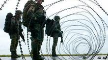 ** ARCHIV ** Soldaten der Bundeswehr riegeln am 23. September 2004 waehrend einer Evakuierungsuebung Teile des Marinestuetzpunktes Wilhelmshaven mit Stacheldraht ab. Bundeskanzlerin Angela Merkel hat von der SPD weitere Zugestaendnisse im Bereich der Inneren Sicherheit gefordert. Bei einer CDU-Wahlkampfveranstaltung im mittelhessischen Wetzlar forderte die Parteichefin am Sonntag, 13. Januar 2008, kuenftig die Bundeswehr auch im Inneren einzusetzen: Wir muessen doch gewappnet sein, wenn wir in eine existenzbedrohende Situation kommen. (AP Photo/Joerg Sarbach)