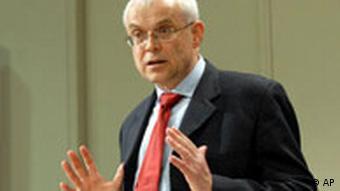 Mann in Anzug gestikuliert (18.7.2007, Brüssel, Quelle: AP)