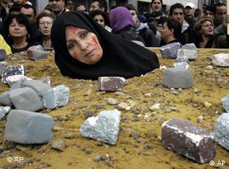 قانون جدید، صدور حکم سنگسار برای زنای محصنه را حذف کرده اما حقوقدانان میگویند این به معنای حذف کامل این مجازات نیست