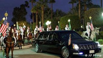 Bush in Limousine in Riad bei König Abdullah