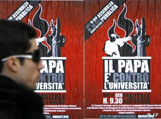 Banner mit der Aufschrift: The Pope is against university in der La Sapienza University in Rom, Foto: AP