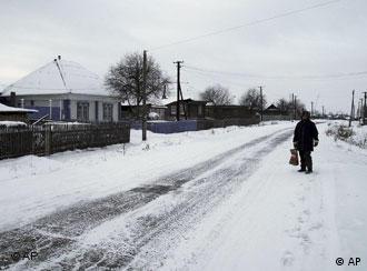 Eine schneebedeckte Straße in einem sibirischen Dorf