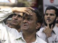 Ein Händler blickt auf die Werte an der Börse in Mumbai (Quelle: AP)